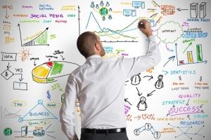 homem desenhando estratégias de marketing